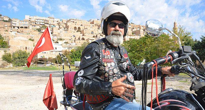 Emekli memurun motosiklet ve ay-yıldız tutkusu