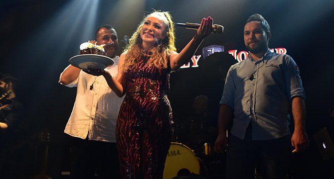 Ziynet Sali'ye sahnede doğum günü sürprizi