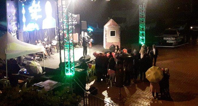Yağmur altındaki konseri 15 kişi dinledi