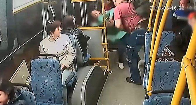 Çocuğu için bilet isteyen kondüktörü iterek otobüsten attı
