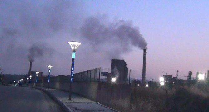 Termik santralin bacasından çıkan yoğun dumana tepki