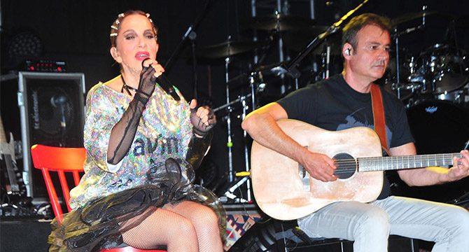 Sertab Erener, Çeşme'yi şarkılarıyla coşturdu