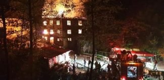 3 katlı ahşap ev yangında kül oldu