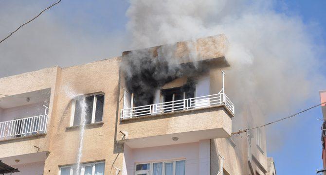 Eşyaları balkondan atıp, evi ateşe verdi