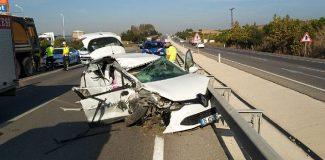 Önce kamyona sonra bariyere çarptı: 1 ölü, 1 yaralı