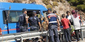 48 kaçak göçmenin bindiği 18 kişilik minibüs devrildi; sürücü kaçtı