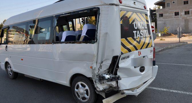 Hafif ticari araçla öğrenci servisi çarpıştı: 7 yaralı