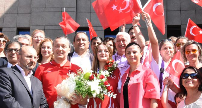 Dünya ikincisi Sümeyye, Eskişehir'de coşkuyla karşılandı