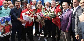 Dünya Şampiyonu Busenaz Sürmeneli, Trabzon´da coşkuyla karşılandı
