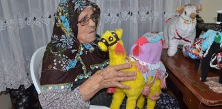 Fatma Nine, diktiği oyuncaklarla çocuk sevindiriyor