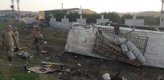 TIR, park halindeki işçi midibüsüne çarptı: 1 ölü, 26 yaralı