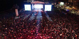İzmir'de kutlamalarda Yeni Türkü ve Leman Sam konseri