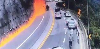 Virajı alamayan akaryakıt tankeri devrilip alev aldı: 1 ölü, 2 yaralı