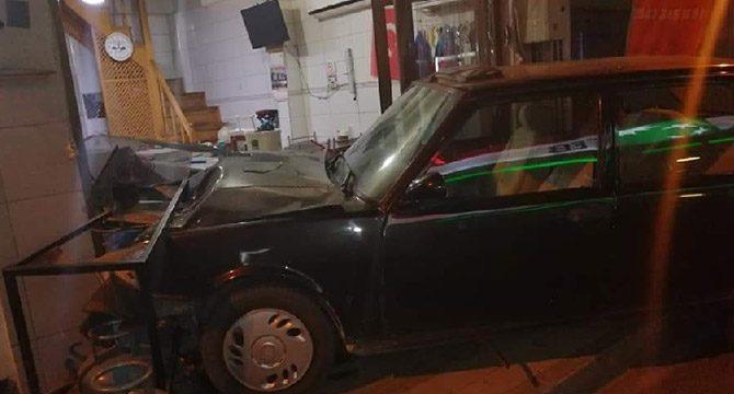 15 yaşındaki sürücü, otomobille iş yerine girdi