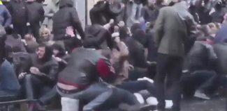 Gürcistan polisinden göstericilere tazyikli suyla müdahale