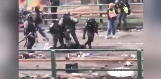 Hong Kong polisi yerde sürüklenen eylemcinin kafasına bastı