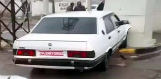 Çaldıkları aracın plakasını'Evleniyoruz' yazısıyla kapattılar,kaçarken kaza yaptılar