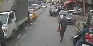Ataşehir'de yanan otomobili otobüs şoförü söndürdü; olay anı kamerada