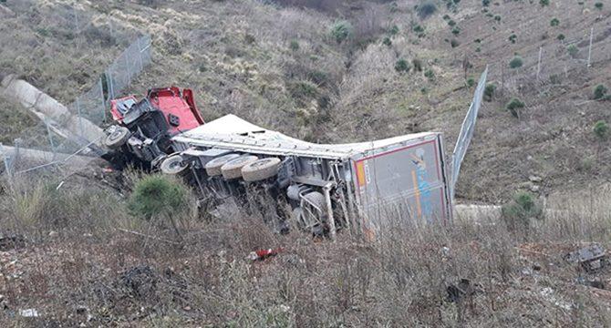 Kuzey Marmara Otoyolu'nda TIR şarampole yuvarlandı