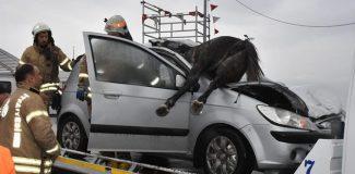 Büyükçekmece D-100'de otomobil başıboş atlara çarptı