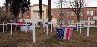 İran, eski ABD Büyükelçiliğinin avlusunda sembolik mezarlık kurdu