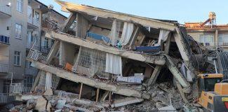 Sürsürü'de, enkazda kalan 2 kişiyi kurtarma çalışmaları sürüyor