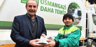 Temizlik işçisi, sokakta bulduğu emeklinin 25 yıllık birikimi parayı teslim etti