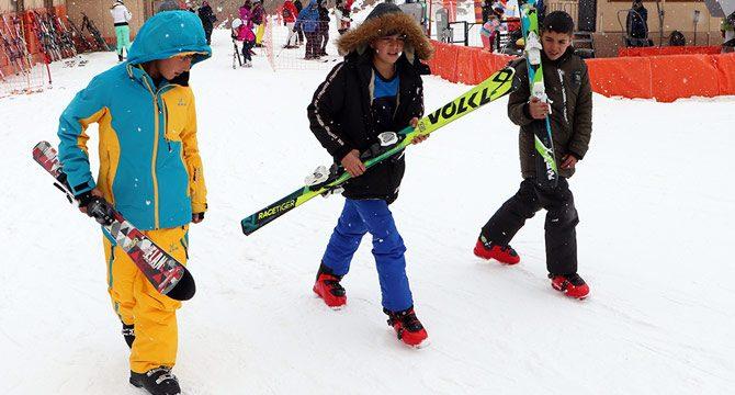Kornişleri bırakıp, kayak takımı ile kaydılar