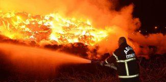 Pamuk fabrikasının deposundaki yangın ikinci gününde de sürüyor