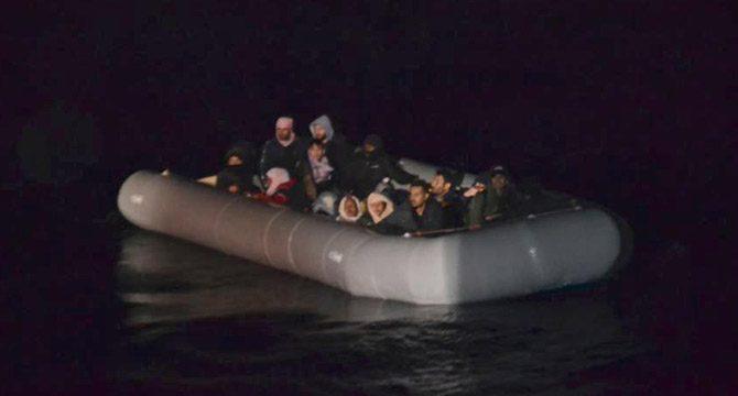 Denizde sürüklenen göçmenler kurtarıldı