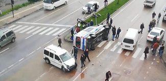 Ambulans ile hafif ticari aracın çarpıştığı kaza, kamerada