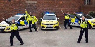İngiltere'de polisler vatandaşların evinde kalması için her yolu deniyor